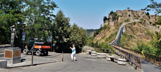 Next: Civita di Bagnoregio over that bridge. Liz spotted the statue.