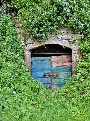 A surprising door found during the hike in Via Cava near Pitigliano.